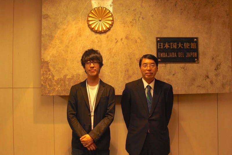 在メキシコ日本大使館にて、メキシコの山田大使と株式会社MATCHA代表取締役青木