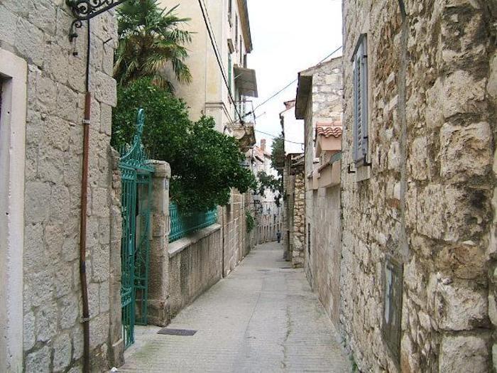 ▲クロアチアのスプリットでは観光案内所でSOBE(ソベ)の紹介可能。写真右の建物がSOBE(ソベ)。