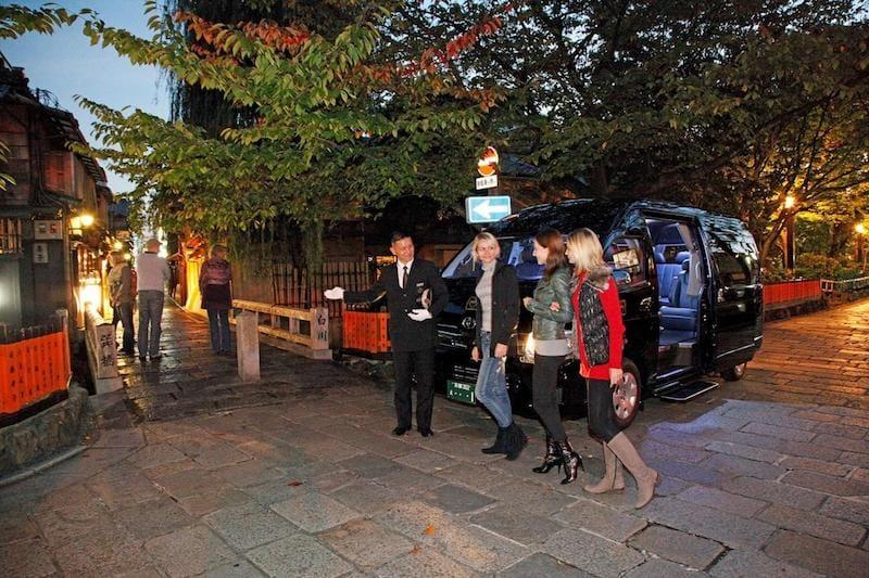 ▲インバウンドでも人気の祇園白川にて。英語で訪日外国人客を案内するドライバー。
