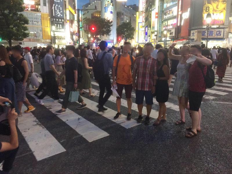 渋谷スクランブル交差点にて記念撮影をする訪日外国人のみなさん