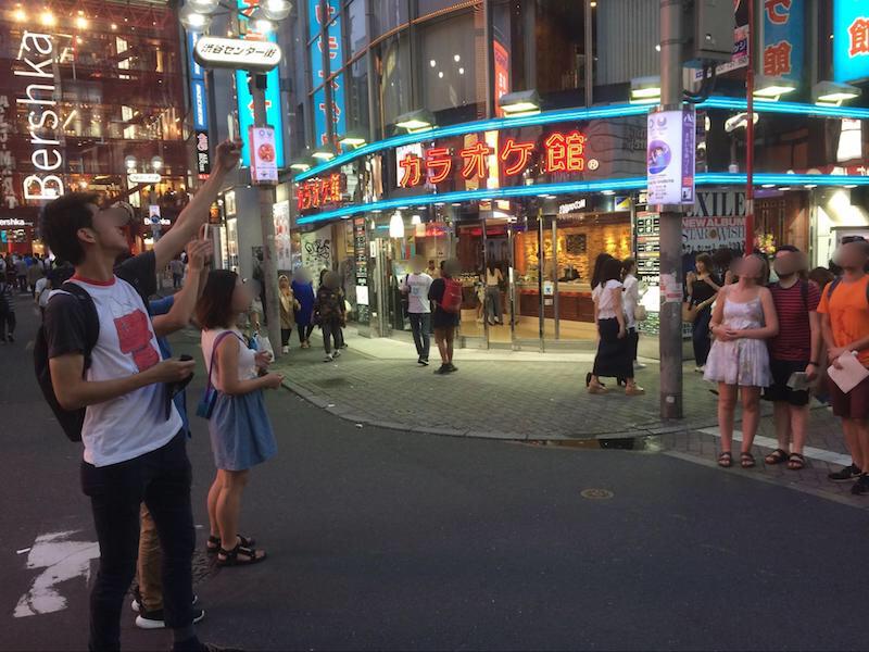 渋谷センター街で記念撮影を行う