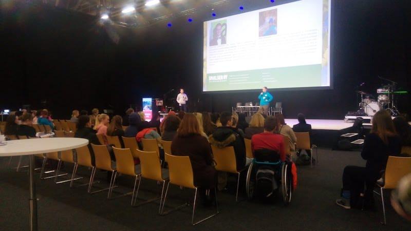 ▲広い会場内にはスピーチ用のステージが設けられている