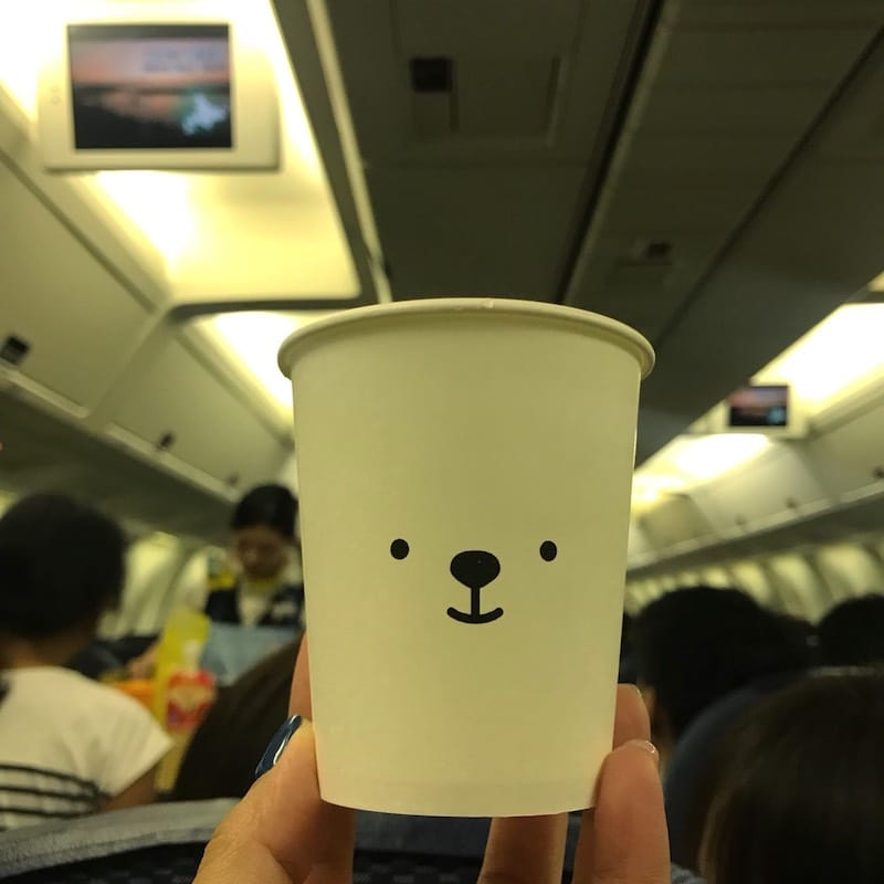 日本の国内線で乗った飛行機のジュース紙コップ