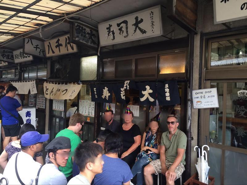 寿司屋の前の長蛇の列