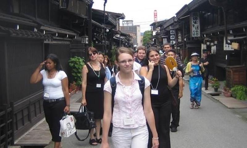 ▲高山の古い町並エリアを訪日外国人が散策