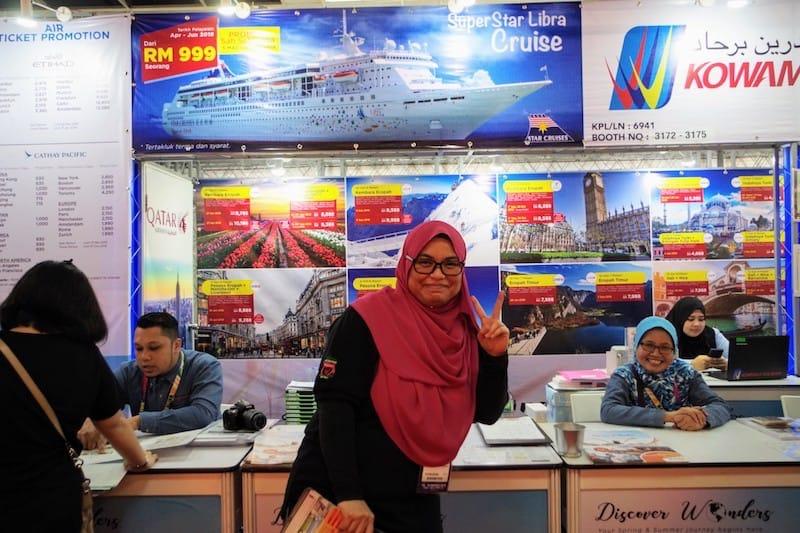 ▲写真中央:旅行会社で働くMs.Liyanaさん