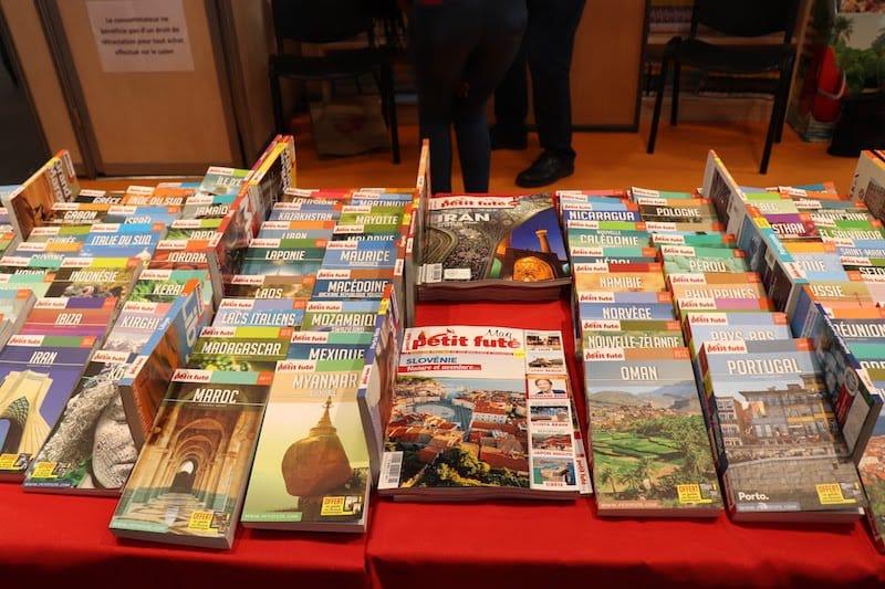 ▲すべて有料書籍。無料のものより詳細な情報が記載されており、豊富な写真が読み手の旅行欲を刺激する