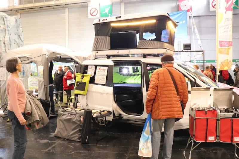 ▲家族向けワゴンタイプのキャンピングカー。天井やリアのドアが快適に過ごせる空間に