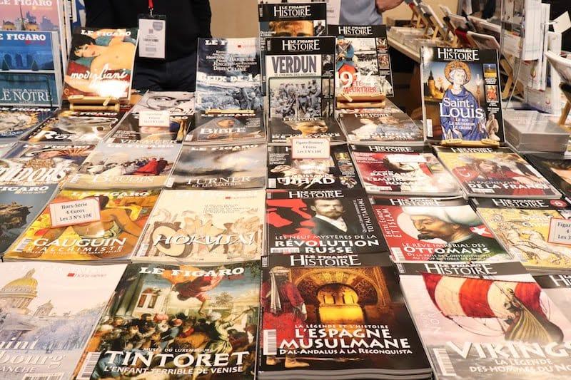 ▲無料と有料の冊子が混在したブース