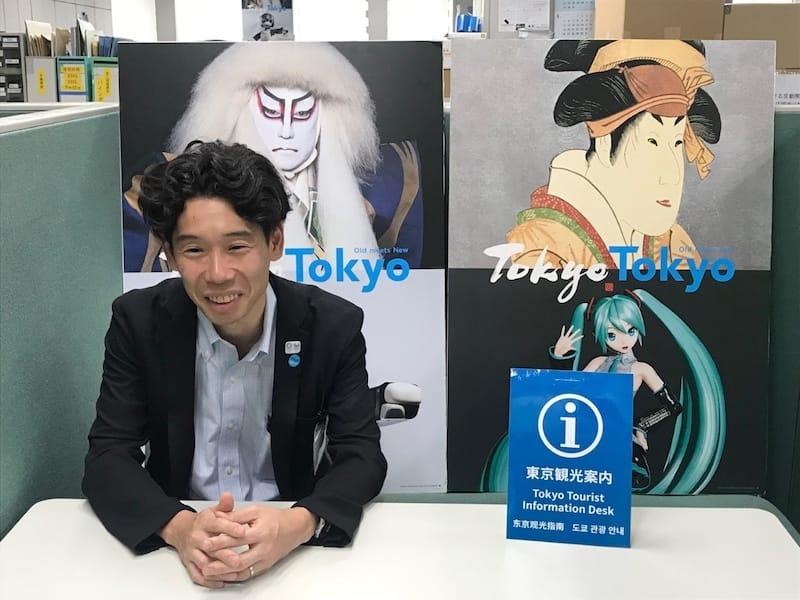 ▲三角氏の背後にあるのは東京の魅力を海外へ発信するためのアイコン「TokyoTokyo Old meets New」のコンセプトパネル。筆文字とゴシック体で伝統と革新が交差する街・東京を表す。