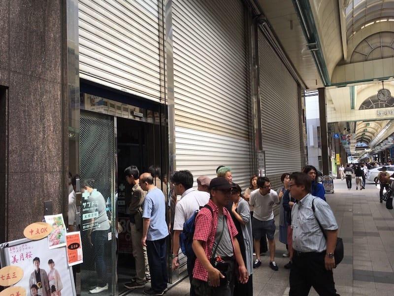 ▲震災日の朝 11時にサツドラ大王ビル店がオープンした様子/停電でシャッターが開かなかった