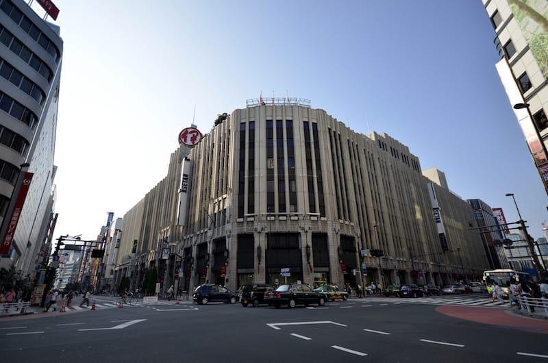 女性在日中国人らを対象に化粧品の体験イベントをうってでた新宿・伊勢丹