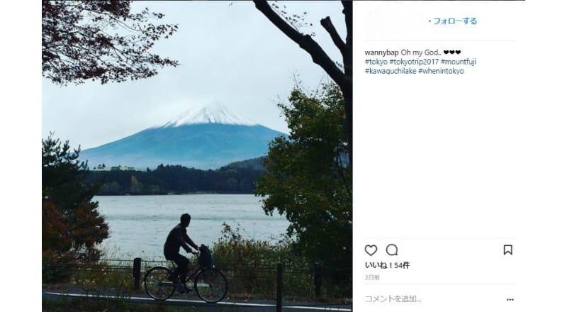 河口湖の景色を写真におさめる訪日外国人が多数