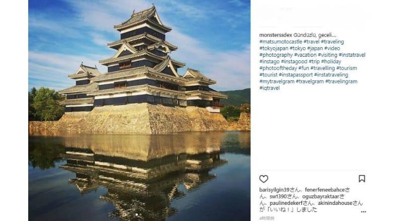 松本城単体で写真を撮る訪日外国人が多数